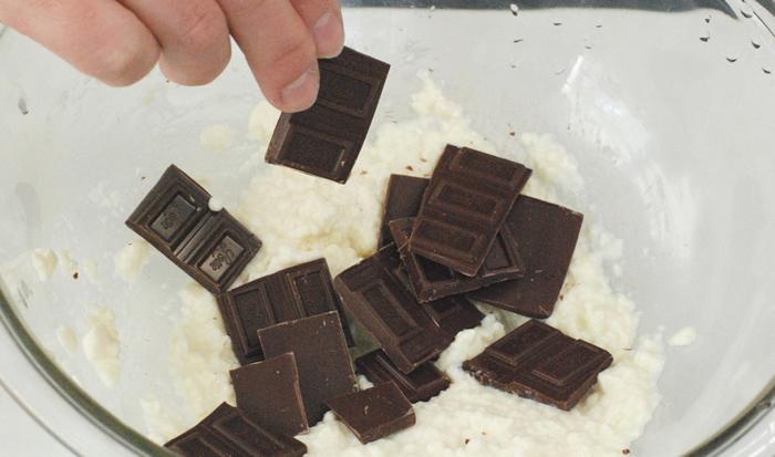 板チョコを割り入れる