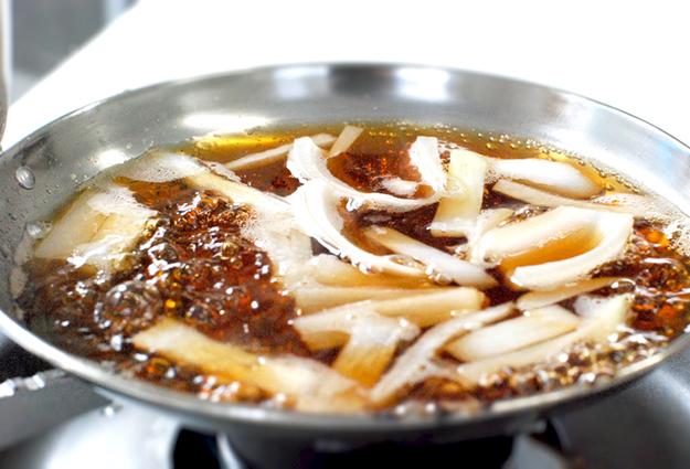 鍋にだし汁と玉ねぎを入れてひと煮立ちさせる