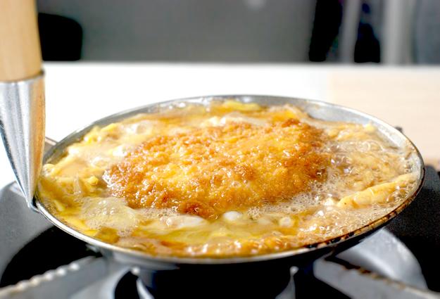 とき卵がフワッと膨らみはじめたら火を止めます。たまごのかたさはお好みで